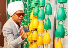 Carlinhos Brown con le sue caxirolas. (Foto wikipedia)